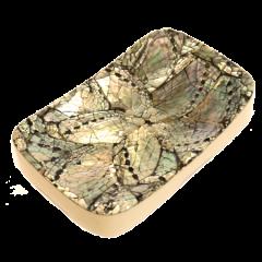 Mydelnička živicová s tmavou perleťou